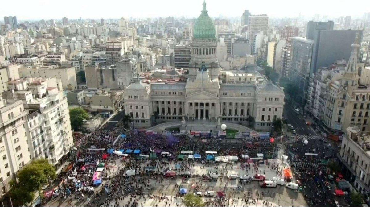{altText(La marcha por el #8M en Buenos Aires confluyó en el Congreso de la Nación. (Imagen TN),#8M: miles de mujeres marcharon en todo el país contra los femicidios)}