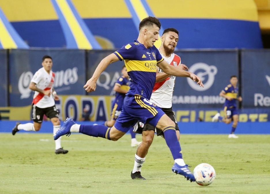 Capaldo y Díaz en la disputa por la pelota que terminó en penal para Boca.