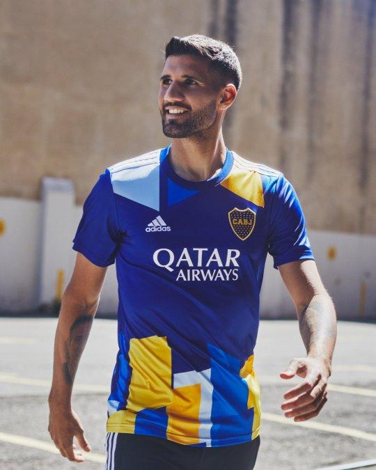 Lisandro López luce la nueva camiseta de Boca.