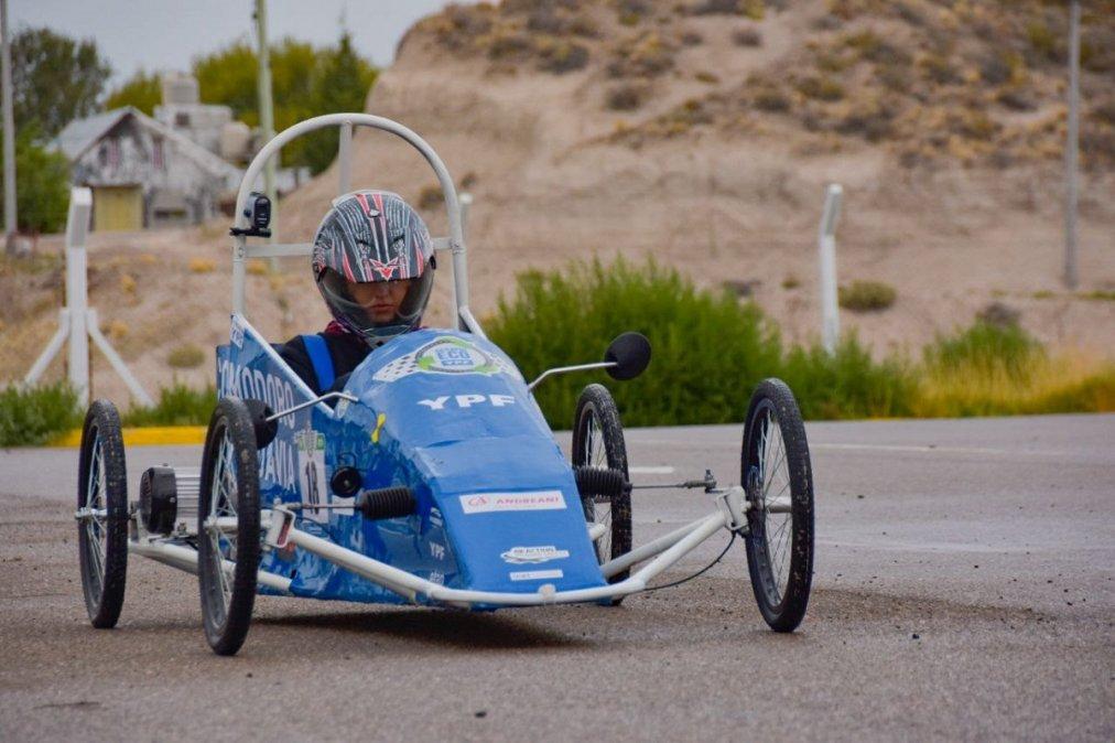 Alumnos de la Enet probaron el auto eléctrico construido para el Desafío ECO YPF.