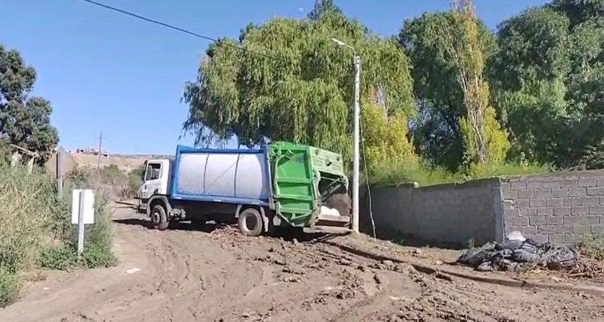 Comodoro Rivadavia: Camión de residuos quedó atrapado en el barro