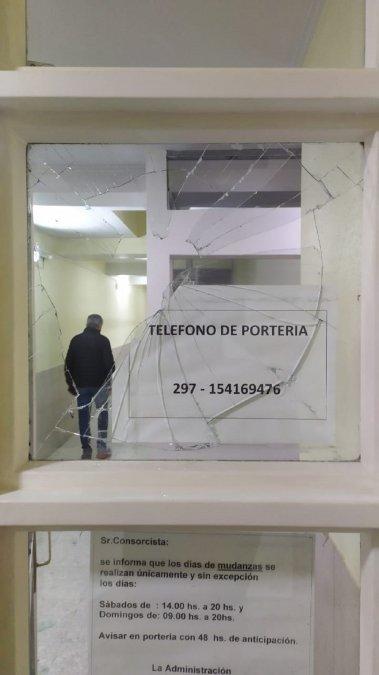 Rompieron los vidrios del hall de un edificio tras no poder atacar a un hombre