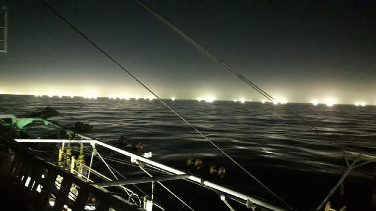 Las imágenes de casi 400 buques pesqueros pescando sin permiso a la altura del Golfo San Jorge
