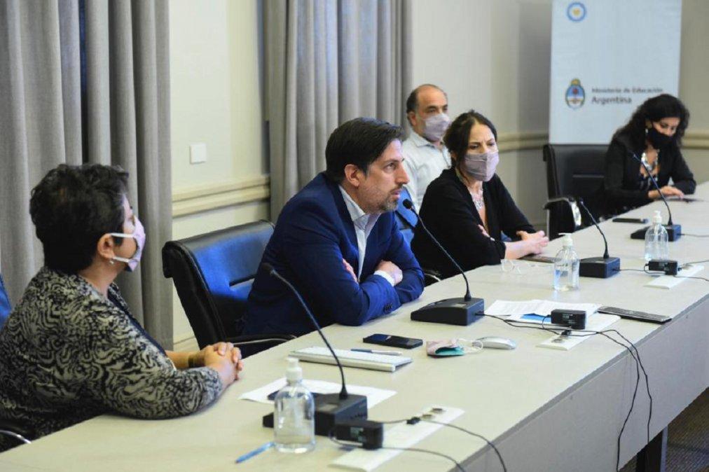 En un encuentro de ministros de educación del país se determinó continuar con las clases presenciales.