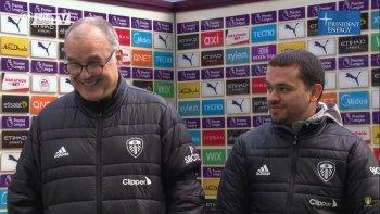 Marcelo Bielsa y toda su alegría tras el triunfo de Leeds por 2-1 sobre Manchester City. A su lado, su traductor al momento de dialogar con la prensa.