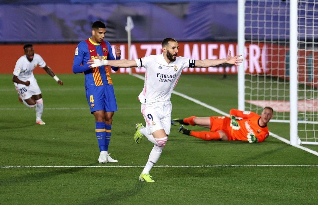 Benzema abrió el marcador con un lindo gol de taco. Fue 2-1 para el Real Madrid en el clásico ante Barcelona.