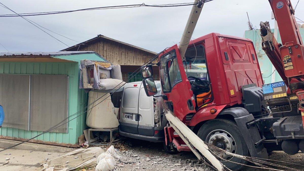 Un camión aplastó contra una casa a otro vehículo en el barrio Ceferino Namuncurá.