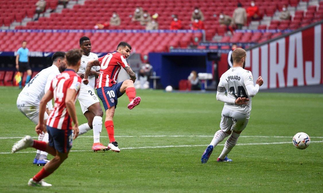 Correa marcó el primer gol del Atlético Madrid en la victoria sobre Huesca.
