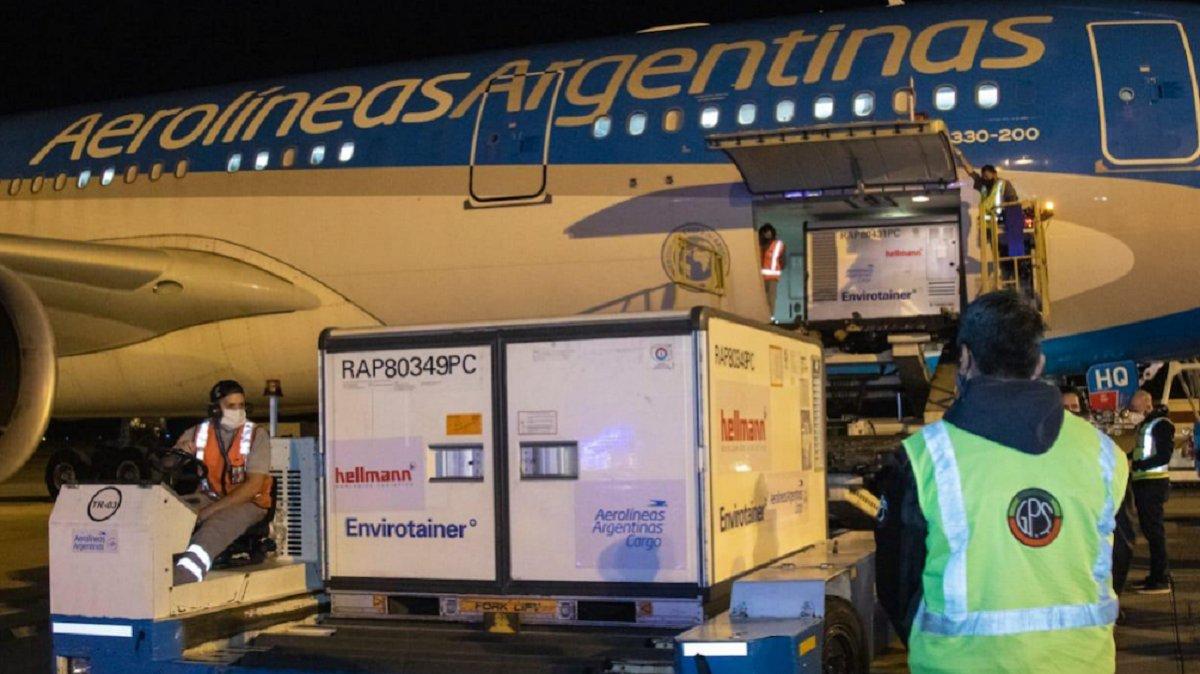 Entre el domingo y miércoles arribarán un millón de vacunas Sinopharm desde China. Serán traídas en dos aviones de Aerolíneas y uno de Lufthansa.