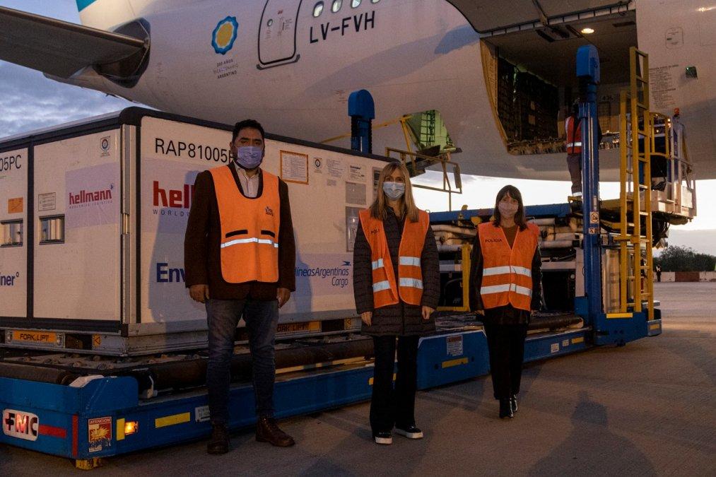 Durante la tarde de este lunes arribó al país otro vuelo de Aerolíneas Argentinas transportando 371.200 vacunas Sinopharm.