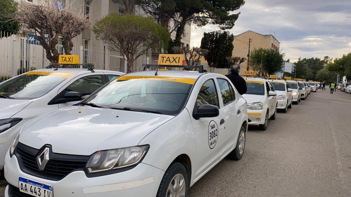 Paro y movilización de choferes por los Taxis Verdes