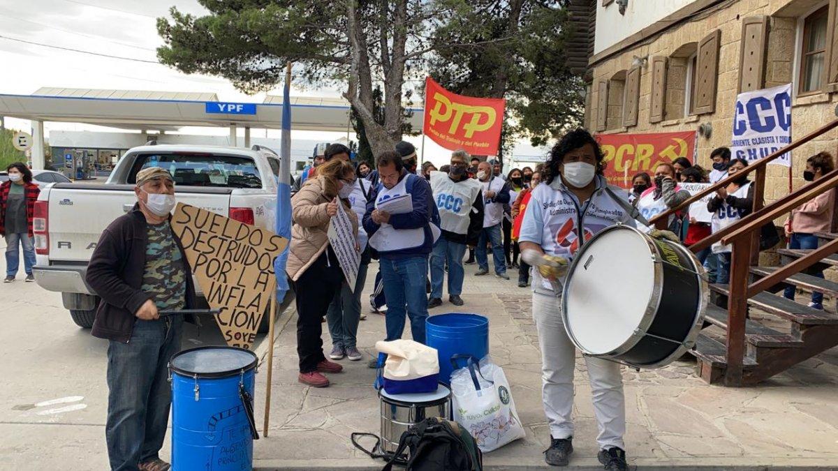 Trabajadores estatales reclaman afuera del Juzgado.