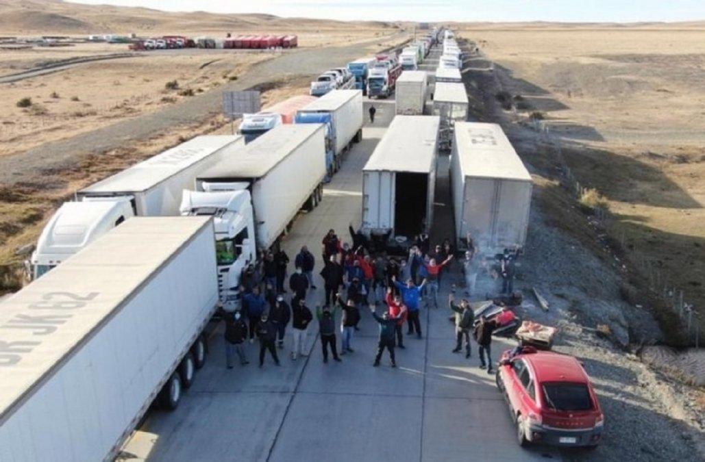 Camioneros chilenos bloquean el acceso terrestre a Tierra del Fuego y la provincia está aislada.