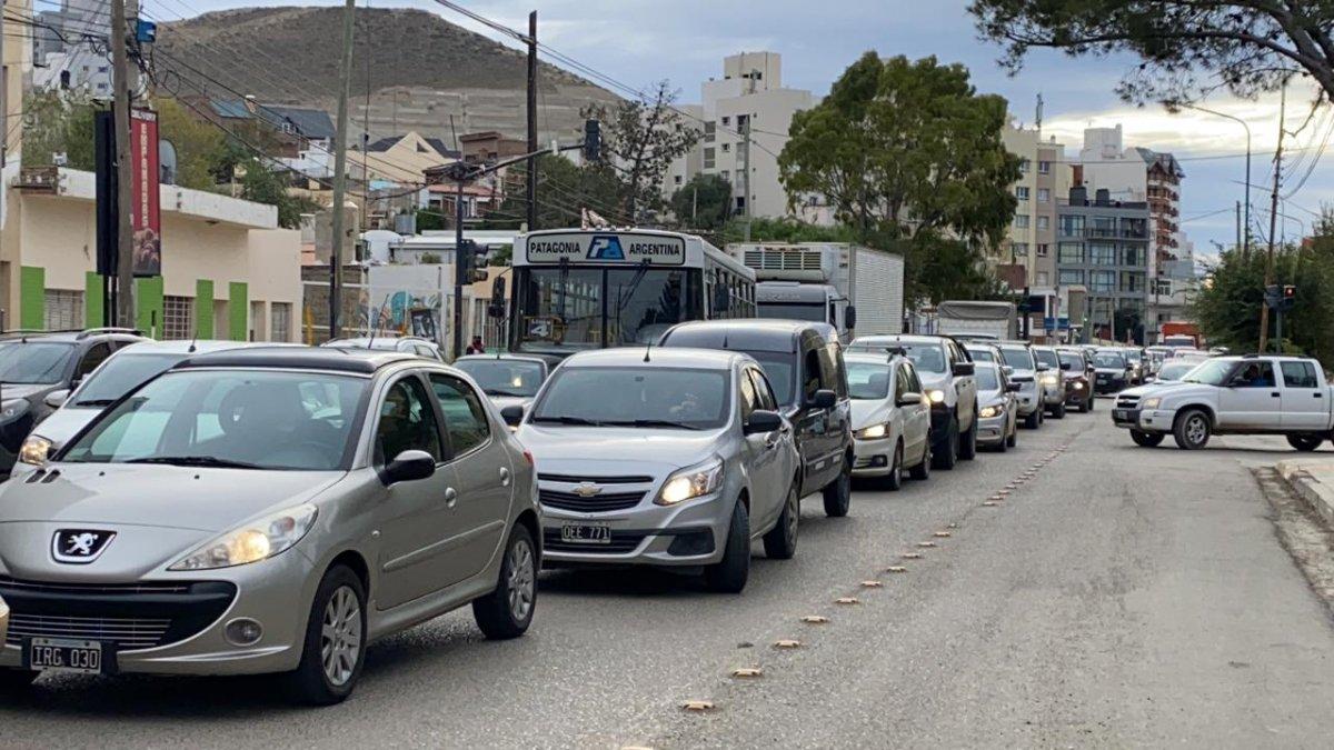 Trabajadores de la salud cortan la Avenida Hipólito Yrigoyen y hay congestión de tránsito.