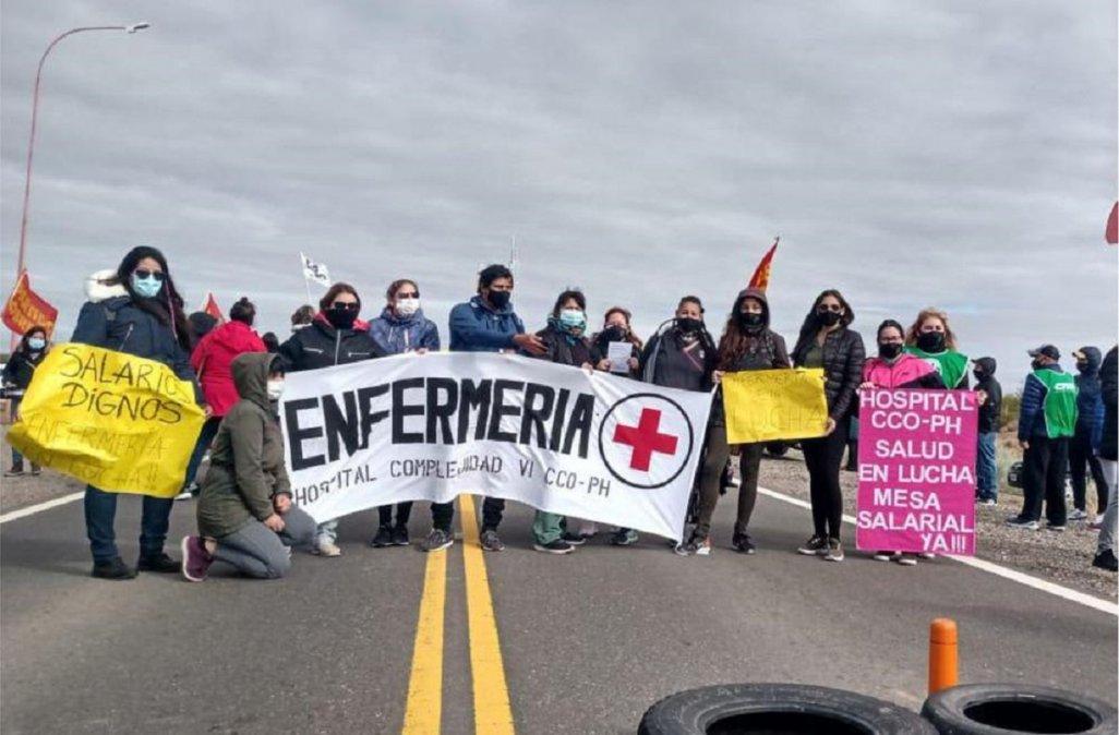Manifestantes liberaron Vaca Muerta y ahora cortan Ruta 40 en Villa La Angostura.