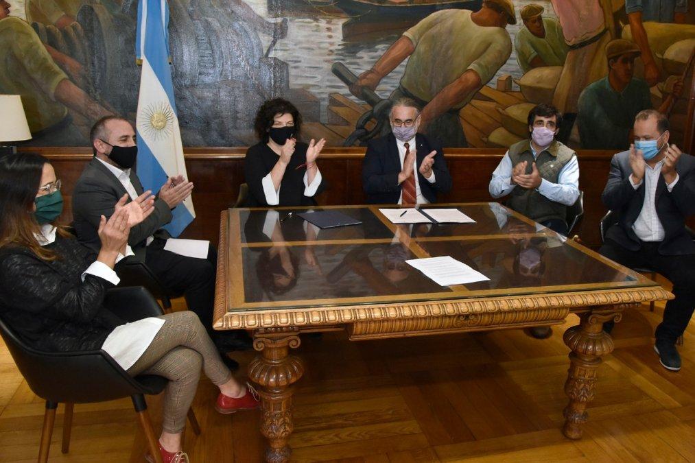 Vizzotti y Basterra anunciaron que se autorizó la inscripción de variedades de cannabis sativa L para uso medicinal. Luego de la firma se celebró la resolución.