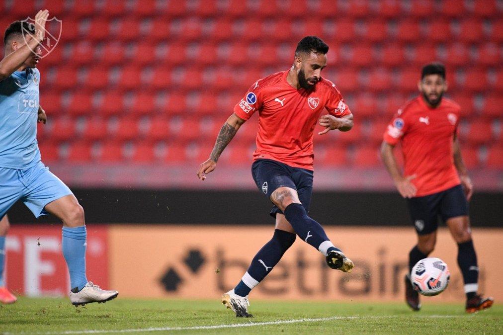 Independiente le ganó 3-1 a Montevideo City Torque y quedó puntero en el Grupo B.