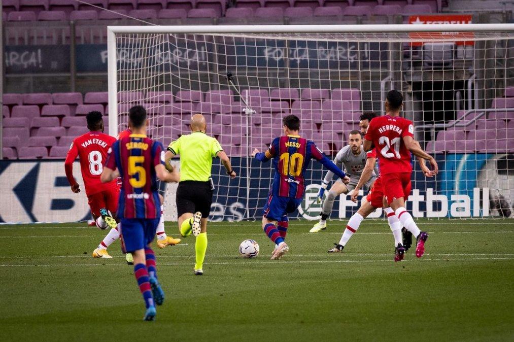 Barcelona perdió 2-1 con el Granada y quedó tercero a dos puntos del Atlético Madrid.