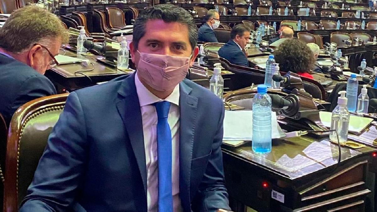 El diputado de Juntos por el Cambio Marcelo Orregó protagonizó un escándalo durante la sesión virtual de la comisión de Asuntos Constitucionales.