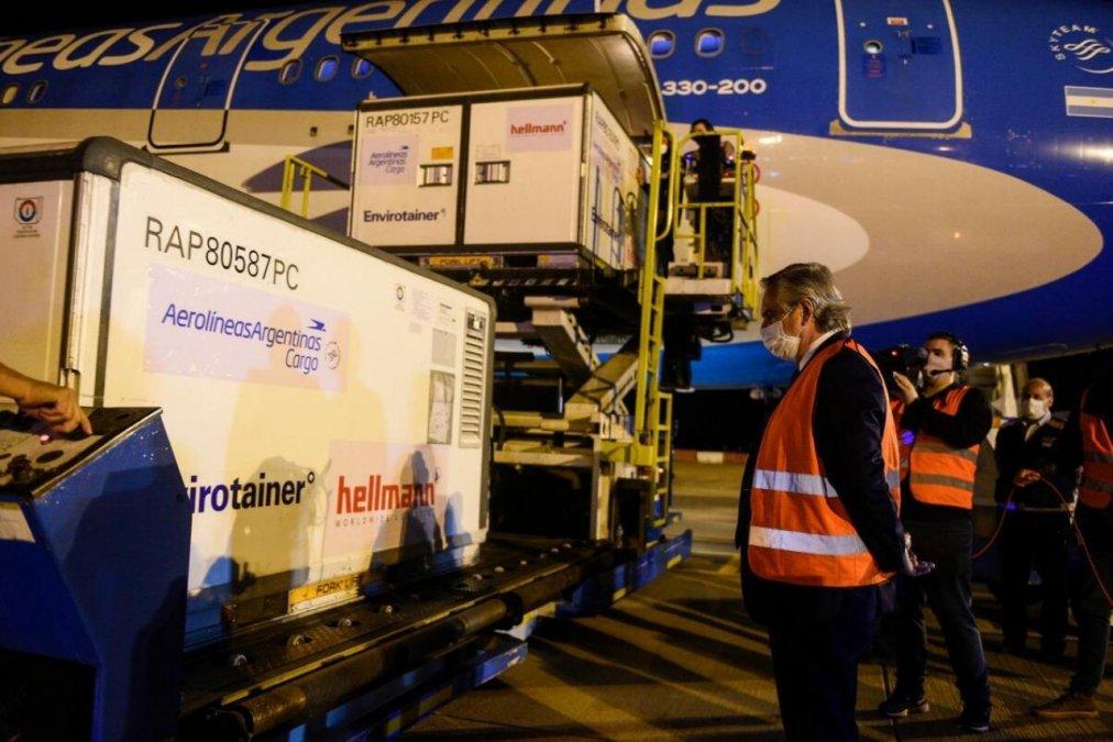 El Presidente Alberto Fernández recibió en Ezeiza el último avión de Aerolíneas que cumplió el Operativo Beijing trayendo un millón de vacunas de Sinopharm