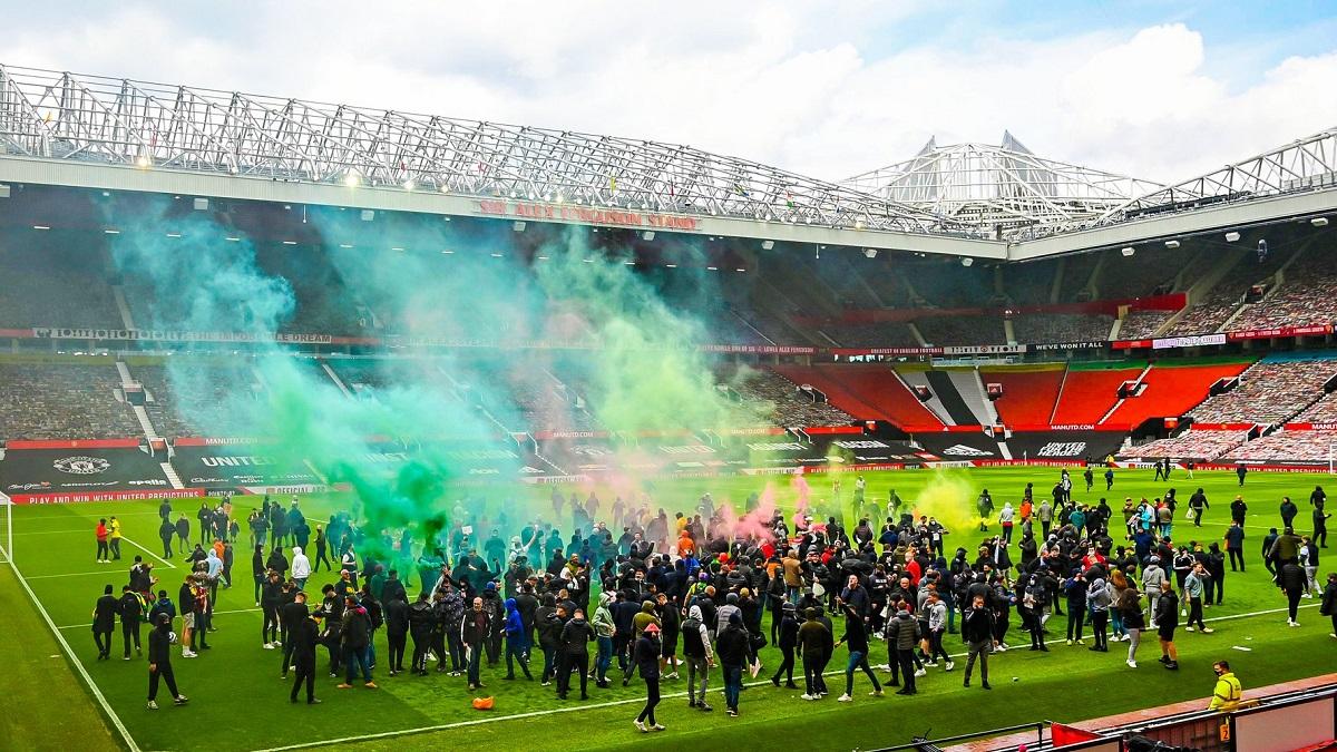 Hinchas del Manchester United invadieron Old Trafford y retrasaron el partido ante Liverpool.