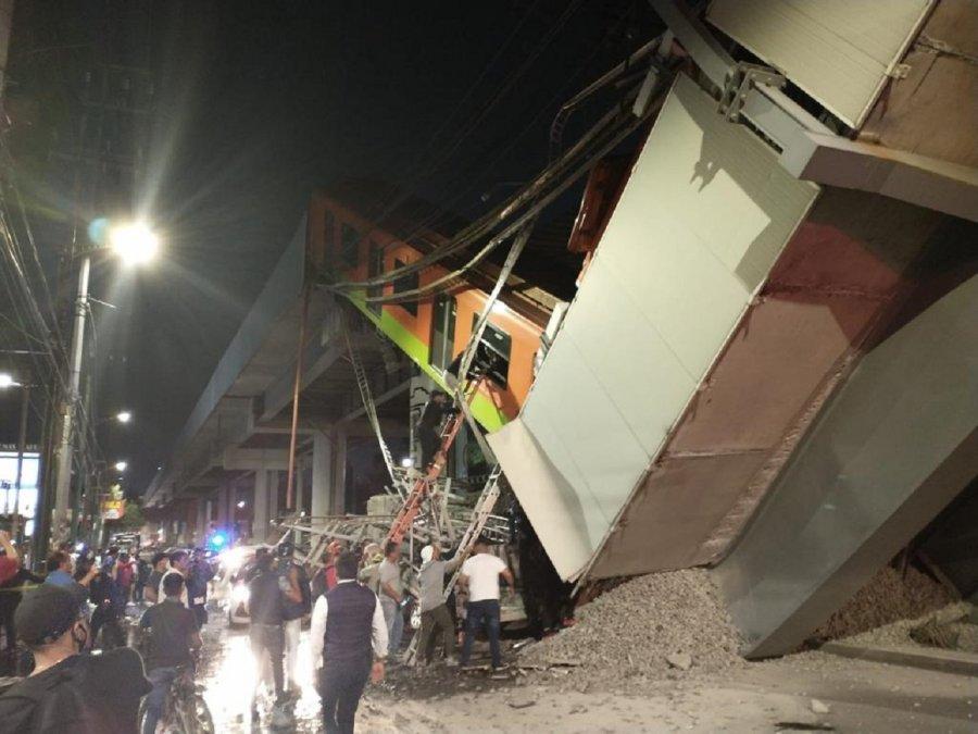 En la Ciudad de México un tren del metro se cayó anoche luego de que colapsara el viaducto por donde transitaba.