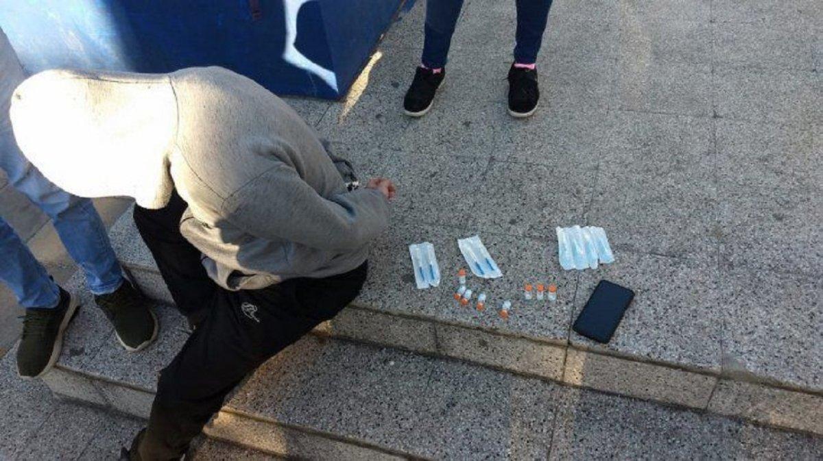 Detuvieron a un hombre que vendía vacunas Sinopharm