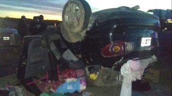 Una familia que viajaba desde Comodoro volcó en el ingreso a Trelew