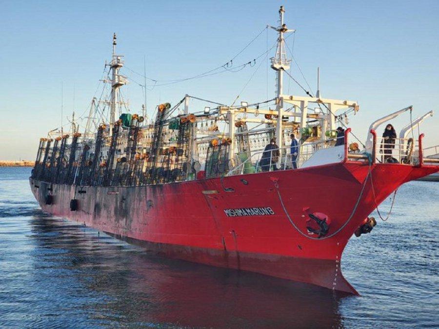 El potero Yashima Marú 8 se encuentra fondeado en la rada del puerto de Comodoro Rivadavia