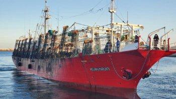 El potero Yashima Marú 8 se encuentra fondeado en la rada del puerto de Comodoro Rivadavia, 22 tripulantes dieron positivo COVID - 19. (Foto: Roberto Garrrone)