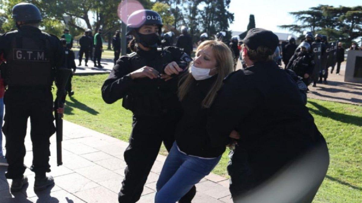 La policía de Santa Fe detuvo a 27 personas por las protestas anticuarentena convocada por laorganización Médicos por la verdad. La policía utilizó balas de goma para dispersar.