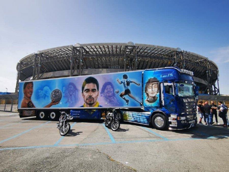 Un fanático de Maradona en Napoli ploteó todo su camión con imágenes del Diez.