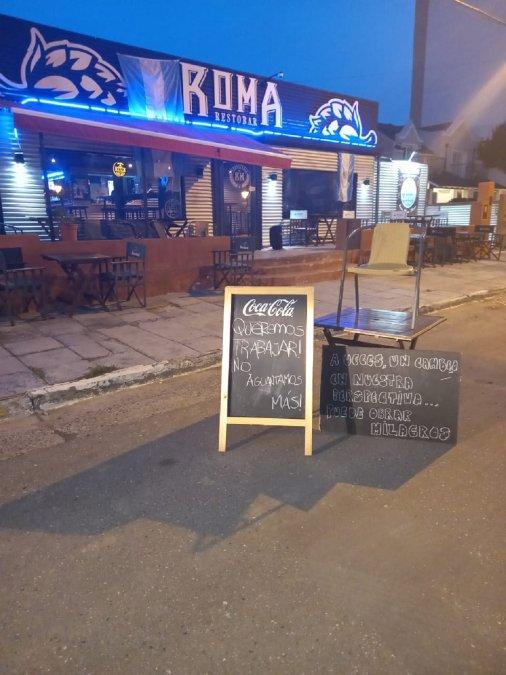 Por colocar carteles sobre la vía pública