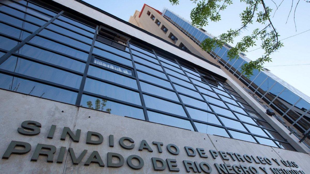El Sindicato de Petróleo y Gas Privado de Río Negro y Neuquén retiraría a sus trabajadores de los yacimientos porque no les permiten comprar vacunas.