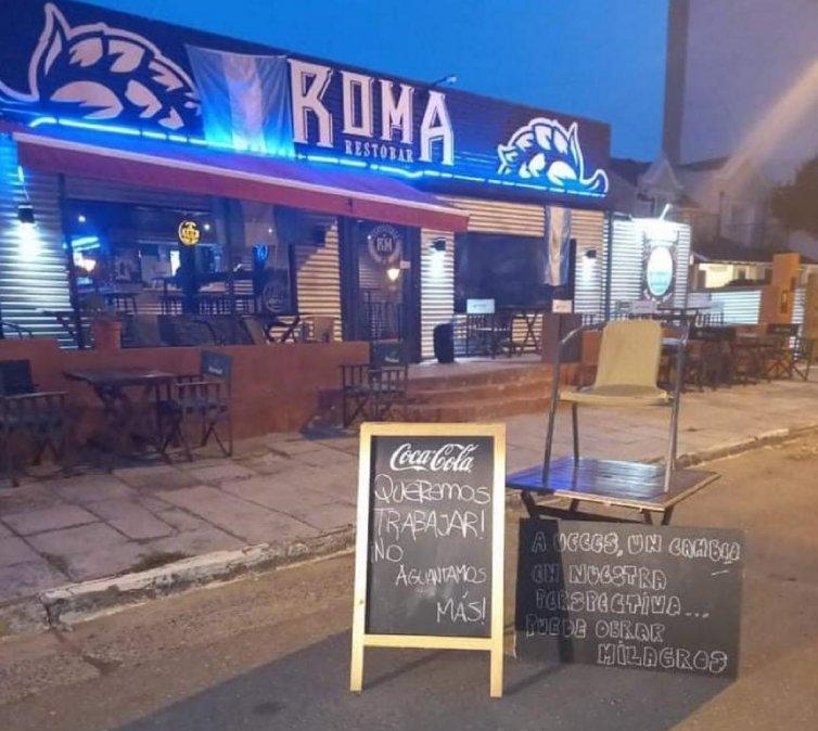 Multaron al Restaurante Roma por poner carteles en la calle pidiendo volver a trabajar.