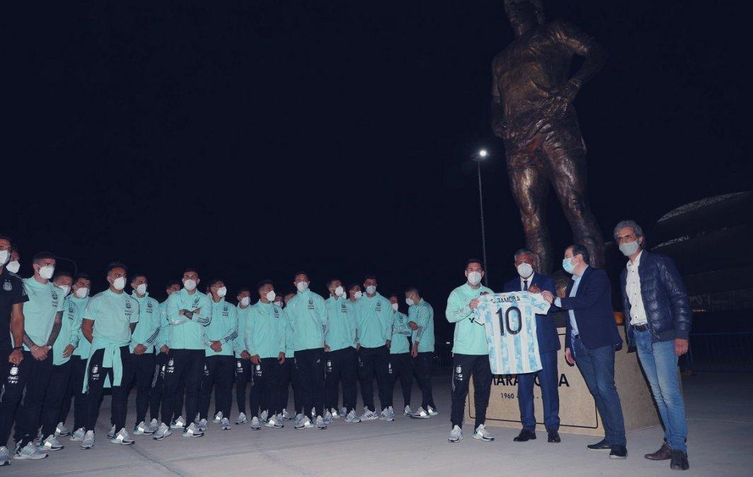 Nueva estatua de Maradona en el estadio de Santiago del Estero.