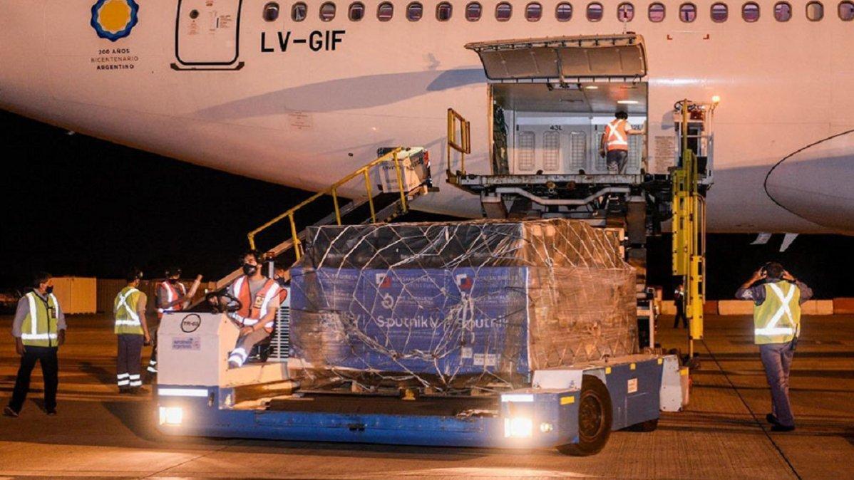 Durante la noche del jueves llegó a Ezeiza un nuevo vuelo de Aerolíneas Argentinas transportando más de 800 mil dosis de la vacuna Sputnik V.