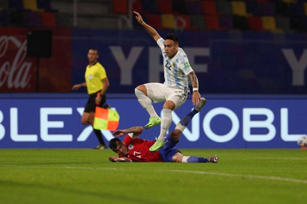 Argentina empató con Chile y se mantiene como único escolta en las Eliminatorias.