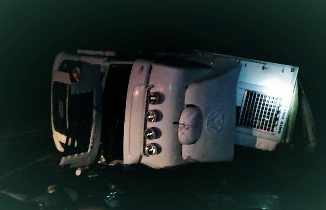 Volcó un camión en cercanías de Trelew y dos comodorenses resultaron heridos. Foto: Radio 3 Cadena Patagonia.