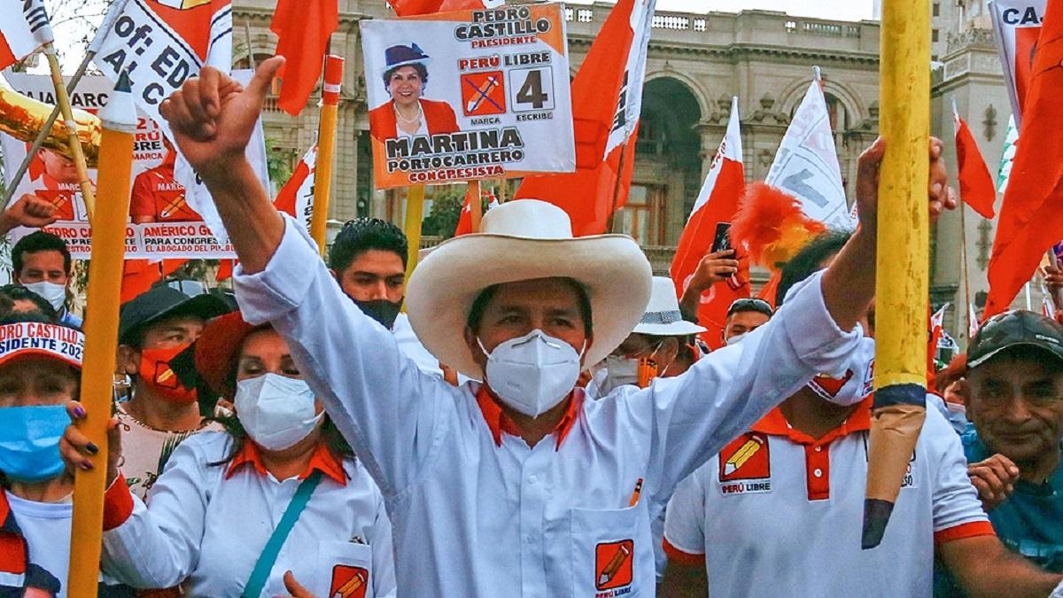 Castillo da vuelta los resultados y lidera con un mínimo margen el escrutinio en Perú