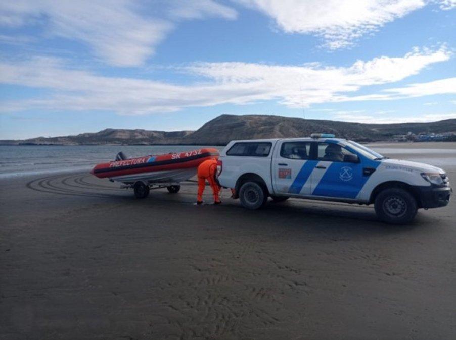 Rescatan a tripulantes de un velero que navegaba a la deriva en Puerto Pirámides