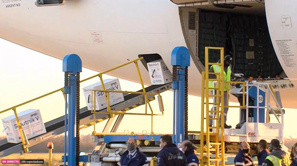 El vuelo viene con dosis 1 y 2 de la vacuna Sputnik V.