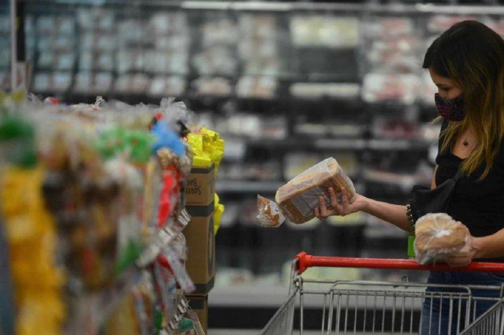 El Gobierno presentó Súper Cerca el programa con 70 productos a precios congelados.