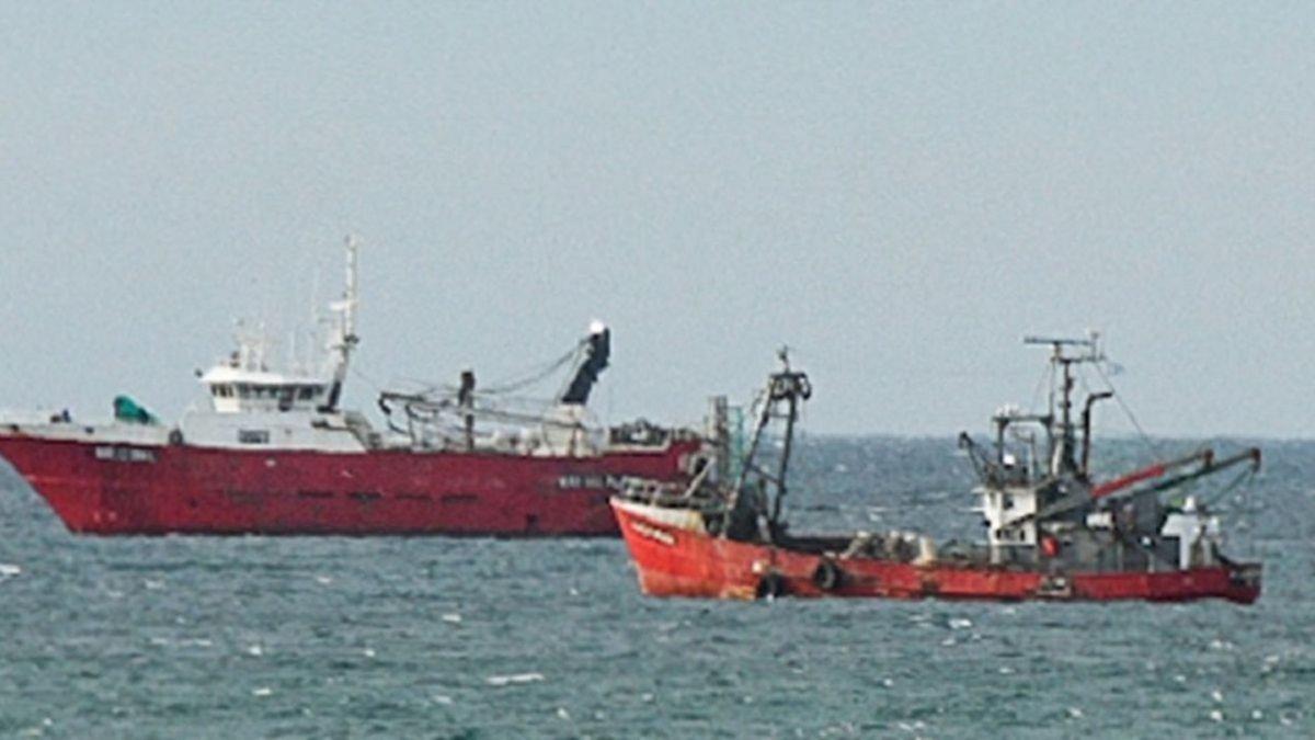 Hay tres barcos con tripulantes contagiados en la rada de Puerto Madryn.