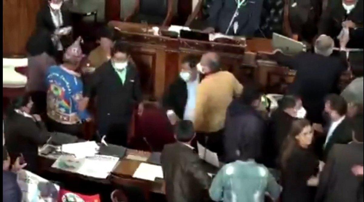 Legisladores bolivianos se trenzaron en una pelea a golpes de puño durante la asamblea legislativa. El enfrentamiento fue violento e involucró a dos legisladadoras. (Imagen de video)