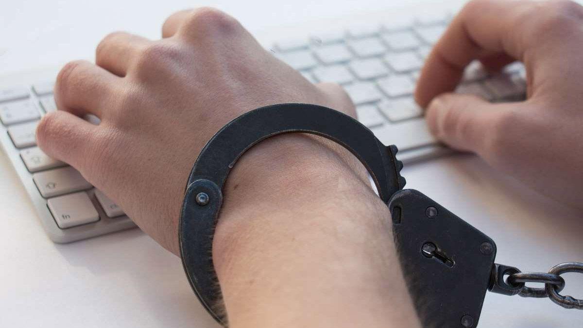 Detuvieron a un hombre de Trelew acusado de distribución y facilitación de pornografía infantil.