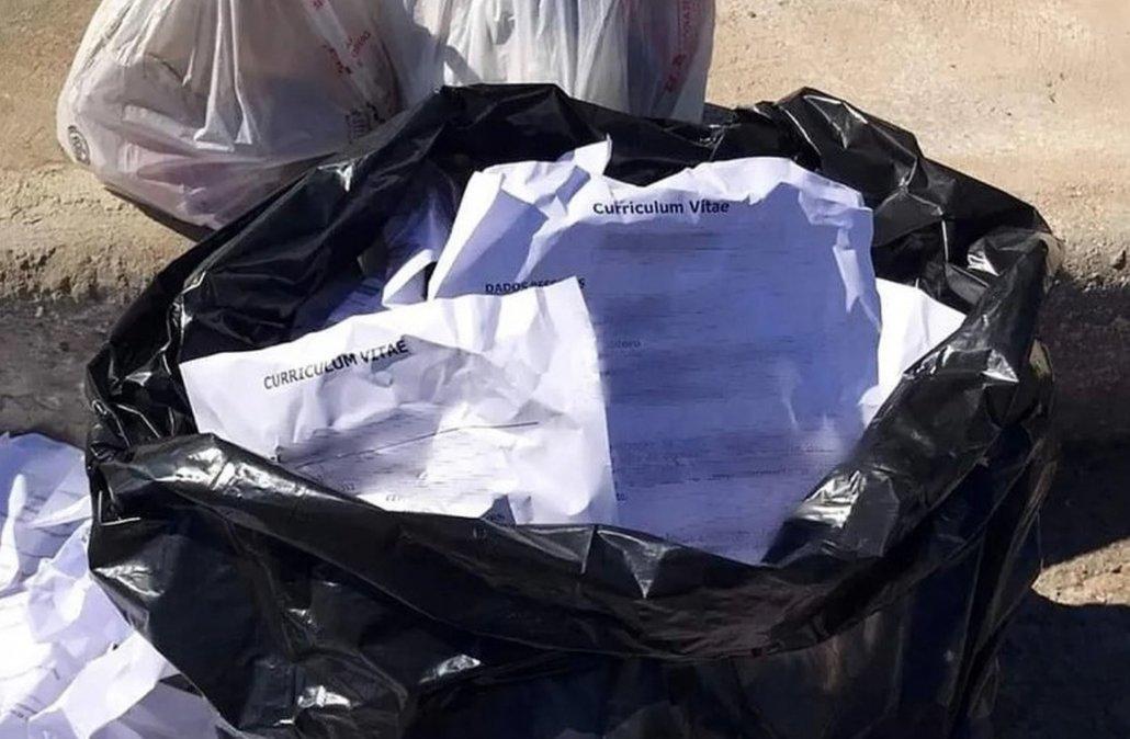 Encontró currículums en la basura, los repartió y le consiguió trabajo a 14 personas