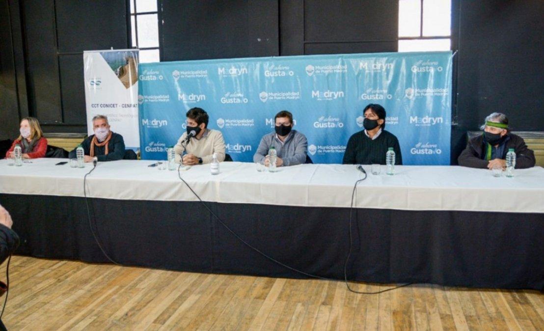 Conferencia de prensaen el Teatro del Muelle.