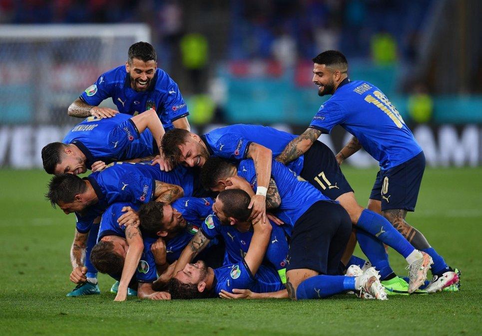Italia goleó a Suiza y se metió en octavos.