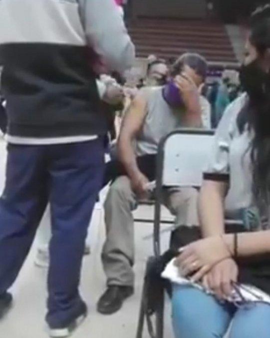 Algunas personas le tienen terror a las agujas y un hombre lo demostró en un video que hizo viral.(Imagen de videoi)